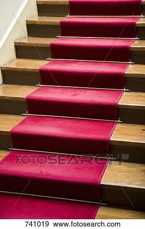 banque de photographies a moquette rouge sur a escalier 741019 recherchez des photos. Black Bedroom Furniture Sets. Home Design Ideas