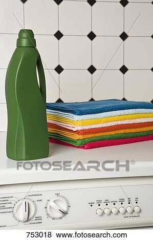 images a tas de serviettes et a bouteille de d tergent dessus a machine laver. Black Bedroom Furniture Sets. Home Design Ideas