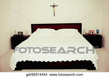 banque de photo crucifix accrocher dessus mur dans. Black Bedroom Furniture Sets. Home Design Ideas