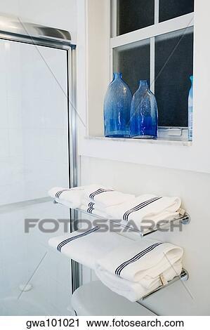 stock fotografie handt cher auf gestelle in dass badezimmer gwa101021 suche stockfotos. Black Bedroom Furniture Sets. Home Design Ideas