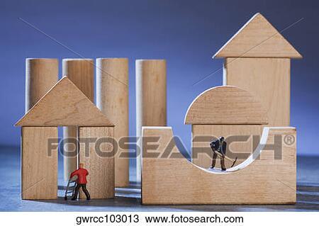 Archivio fotografico statuette di manuale lavorante for Costruire casa di legno