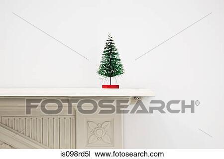 stock foto miniatur weihnachtsbaum auf mantlepiece. Black Bedroom Furniture Sets. Home Design Ideas
