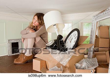 Stock foto jonge vrouw met doosje van voorwerpen in klein kamer is098up6m zoek foto 39 s for Kleine kamer met water m