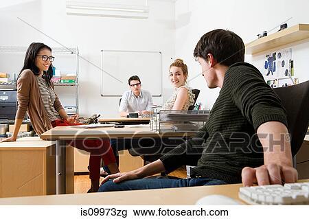banque de photo jeunes hommes et femmes dans bureau. Black Bedroom Furniture Sets. Home Design Ideas