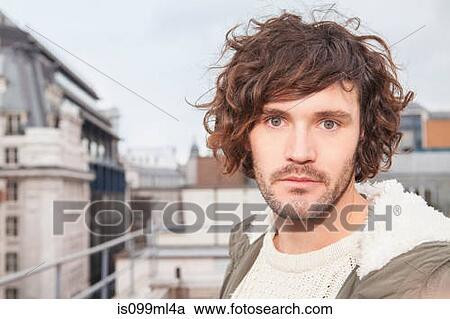banques de photographies jeune homme brun cheveux boucl s grand plan portrait is099ml4a. Black Bedroom Furniture Sets. Home Design Ideas