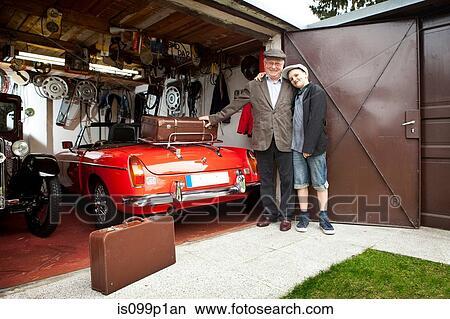 banque de photo grand p re et petit fils voiture d 39 poque et coffre valises dans. Black Bedroom Furniture Sets. Home Design Ideas