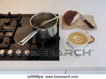 Beeld zelfgemaakt soep op de teller van de keuken is099t8pw zoek stock fotografie foto 39 s - Beeld van eigentijdse keuken ...