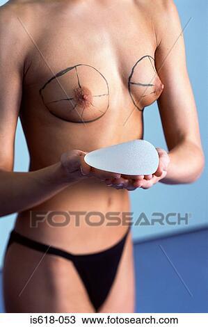 Aumentar um peito do modo cirúrgico