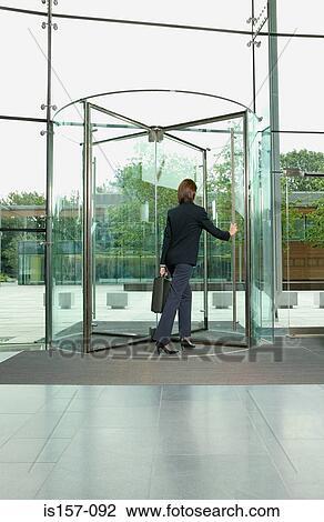 banque de photo femme affaires marche par porte. Black Bedroom Furniture Sets. Home Design Ideas