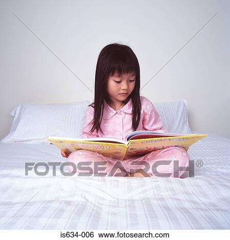 banque d 39 images jeune fille lecture lit is634 006 recherchez des photos des images des. Black Bedroom Furniture Sets. Home Design Ideas