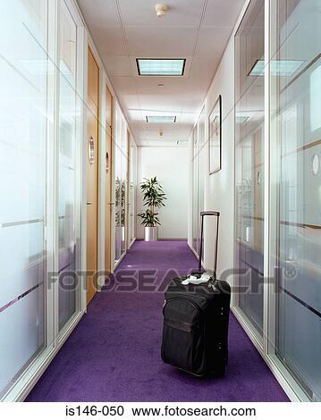 Banques de photographies valise dans bureau couloir for Couloir bureau