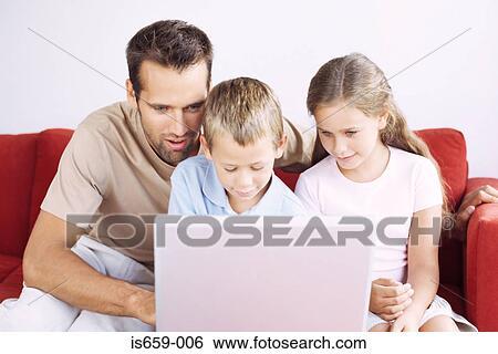 Stock afbeeldingen vader en kinderen gebruikende laptop is659 006 zoek stockfotografie - Muurschildering volwassen kamer ...