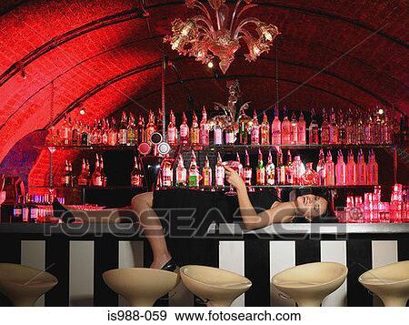 видео порно фотосессия около старой барной стойке