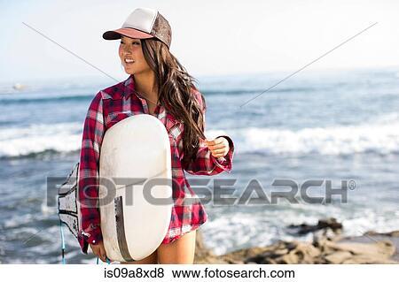 images jeune femme porter casquette baseball planche surf is09a8xd8 recherchez des. Black Bedroom Furniture Sets. Home Design Ideas