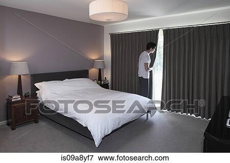 Beeld man peeping achter slaapkamer gordijn is09a8yf7 zoek stock fotografie foto 39 s - Beeld decoratie slaapkamer ...
