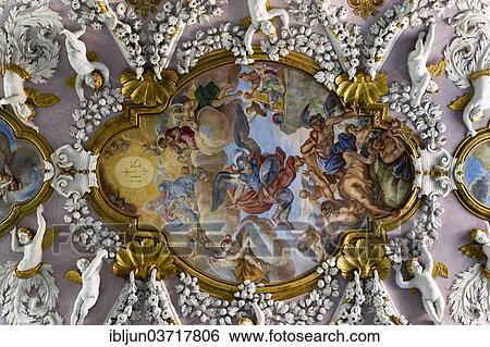 stock afbeeldingen baroque stucco plafond met cherubs engelen en frescoes in de. Black Bedroom Furniture Sets. Home Design Ideas