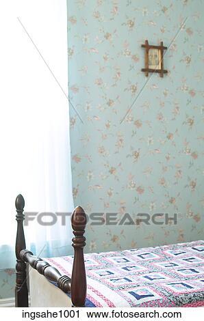 Stockfotografering   soveværelse, hos, patterned tapet, og, en ...