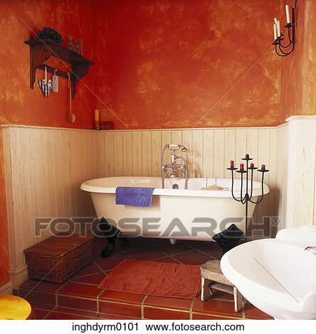 stock fotografie a alt gestaltet badewanne in a badezimmer mit rote w nde inghdyrm0101. Black Bedroom Furniture Sets. Home Design Ideas