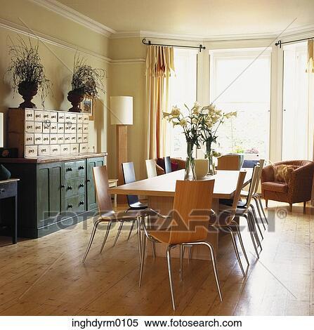 Archivio immagini uno legno tavola cena con sedie - Sala da pranzo in francese ...