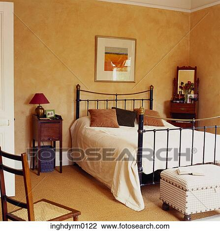 Archivio fotografico uno camera letto con uno ferro for Camera letto ferro battuto