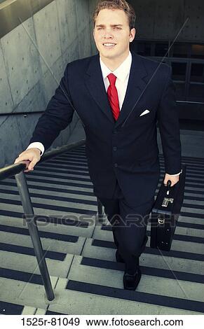 banque de photographies homme affaires dans costume noir et cravate rouge sourires comme. Black Bedroom Furniture Sets. Home Design Ideas