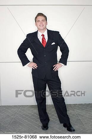 images homme affaires dans cravate rouge et costume noir debout dans dynamique pose. Black Bedroom Furniture Sets. Home Design Ideas