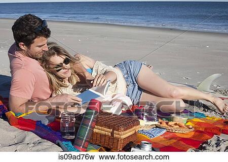 image partage couple pique nique sur plage frais. Black Bedroom Furniture Sets. Home Design Ideas