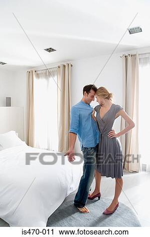 banques de photographies femme saisir homme dans chambre coucher is470 011 recherchez des. Black Bedroom Furniture Sets. Home Design Ideas