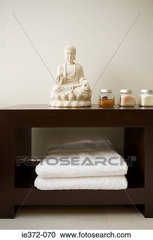 Banques de photographies bouddha statue dans a salle - Statue bouddha interieur maison ...