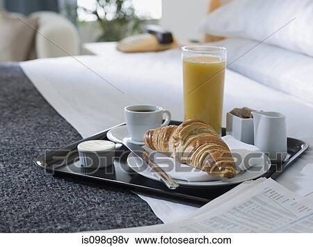 Immagine vassoio colazione su uno albergo letto - Vassoio colazione letto ...