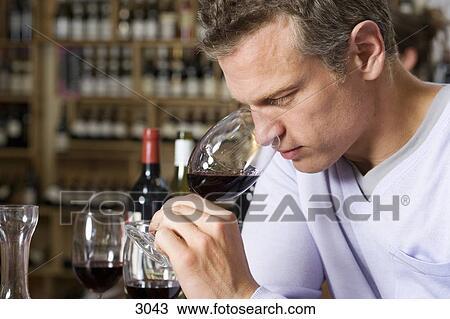 banque de photo homme sentir verre vin rouge dans. Black Bedroom Furniture Sets. Home Design Ideas
