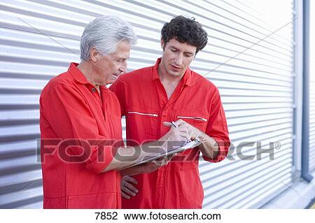 Banque de photo deux m canique voiture dans rouges for Garage reprise voiture non roulante