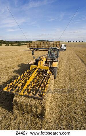 Immagine trattore imballare paglia in soleggiato - Soleggiato in inglese ...
