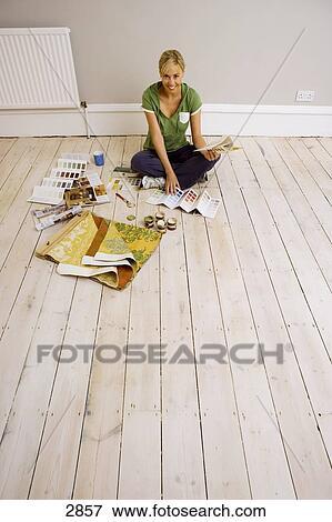 Beeld vrouw versiering thuis zitten op vloer in dun kamer vasthouden kleur swatch het - Voorbeeld volwassene kamer ...