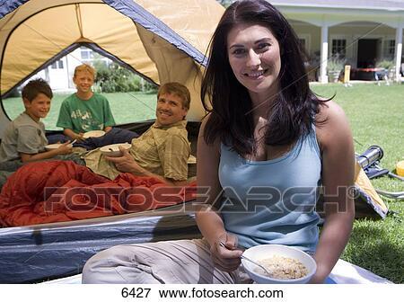 Image camping famille sur jardin pelouse p re for Camping jardin de mon pere