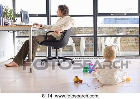 Colecci n de foto hombre usar ordenador por ventana for Ministerio del interior en ingles