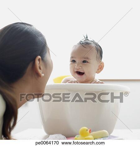 Archivio fotografico ragazza bambino in vasca bagno - Riduttore vasca bagno bambino ...