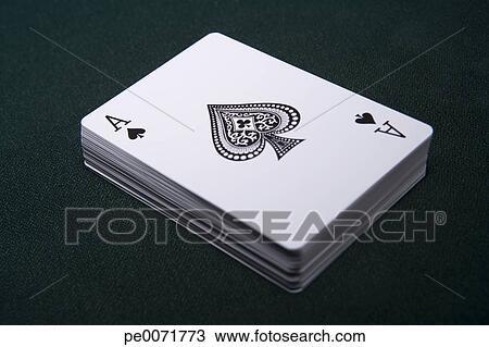 Archivio fotografico ponte di carte da gioco con for Garage con ponte in cima