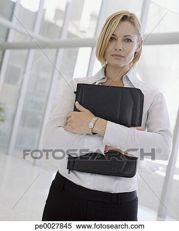 banque d 39 image femme affaires tenue attach case. Black Bedroom Furniture Sets. Home Design Ideas