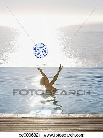 Banques de photographies femme jouer boule plage for Piscine a boule adulte