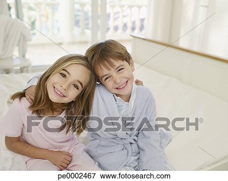 Immagine giovane fratello sorella proposta insieme - Fratello e sorella a letto insieme ...