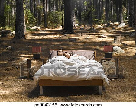 stock bilder a p rchen eingeschlafen in a bett drau en in dass w lder pe0043156. Black Bedroom Furniture Sets. Home Design Ideas
