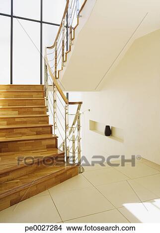 Banque de photo moderne escalier grand fenetres - Fenetre grand format ...