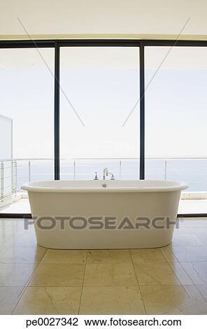 banque de photo moderne salle bains baignoire et grand fenetres pe0027342 recherchez. Black Bedroom Furniture Sets. Home Design Ideas