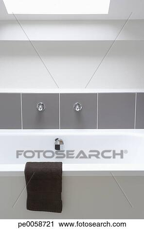 banques de photographies vide baignoire sous lucarne. Black Bedroom Furniture Sets. Home Design Ideas