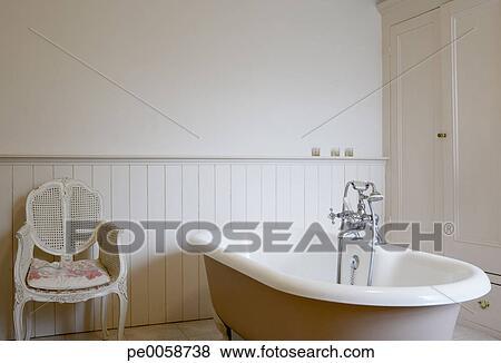 images vide baignoire c t de chaise pe0058738 recherchez des photos des images des. Black Bedroom Furniture Sets. Home Design Ideas