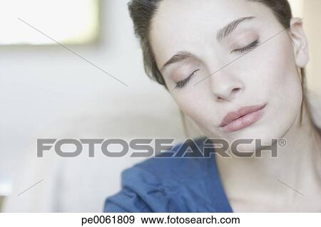 Banque de photographies femme int rieur yeux ont for Interieur yeux