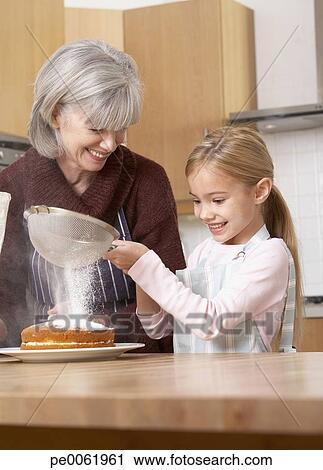 Banques de photographies femme et jeune fille dans for Tamiser cuisine