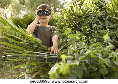 Colecci n de foto ni o mirar a trav s de binoculares for Cabriolas juegos jardin