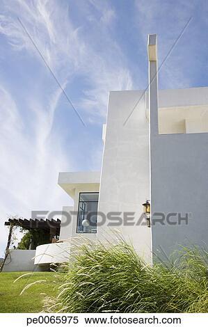 Banque d 39 image ext rieur de moderne maison pe0065975 for Banque exterieur d algerie